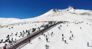 Kar yağdı tatilciler Erciyes'e akın etti