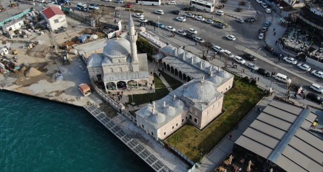 İstanbul'da 5 asırlık camiyi çatlattılar